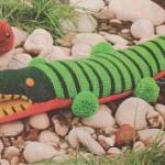 Pruhovaný krokodýl s bambulkami