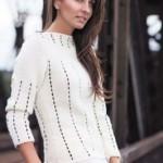 Bílý pulovr s lodičkovým výstřihem