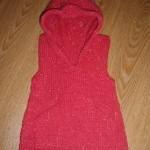 Pletená vesta s kapucí