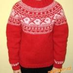 Červený pulovr s žakárovým sedlem