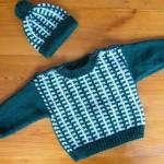 Bílo-zelená souprava svetříku s čepičkou