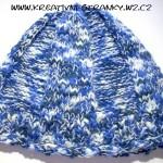 Modrobílá čepice ze dvou přízí