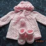 Pletený kabátek a čepička do porodnice