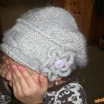 Šedá čepice s ozdobou