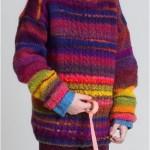 Pestrý pulovr s copánky