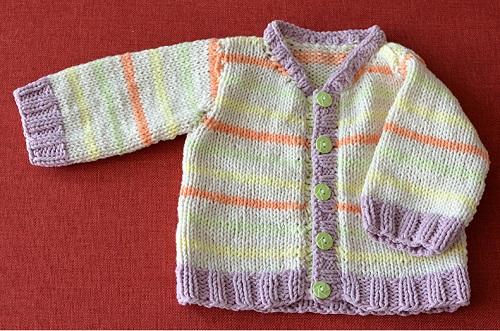 52414875f Kabátek pro miminko je pletený lícovým žerzejem a zdobený jemnými  vodorovnými proužky v pastelových odstínech. Návod (slovensky) je pro  velikost 3-6 měsíců.