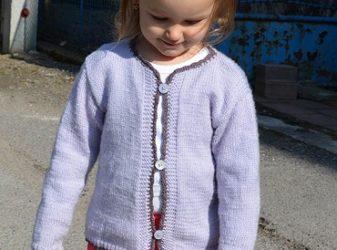 Vlnený svetrík s háčkovaným lemom